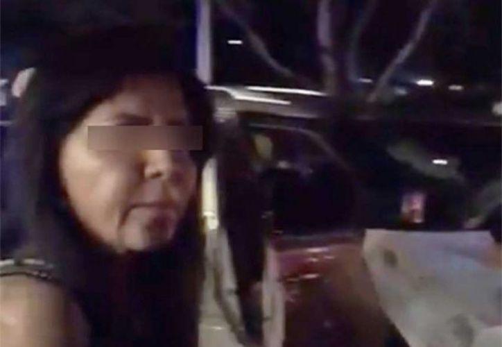 """Rosalinda """"N"""", esposa del líder del CJNG, Nemesio Oseguera, El Mencho, al momento de su detención el pasado 26 de mayo. (Foto: Captura del video)"""