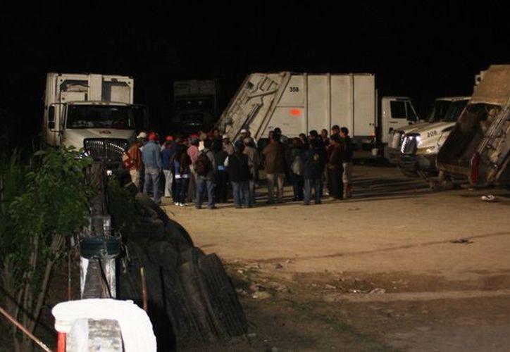 Los trabajadores estacionaron los camiones que recorren 16 rutas. (Samuel Caamal/SIPSE)