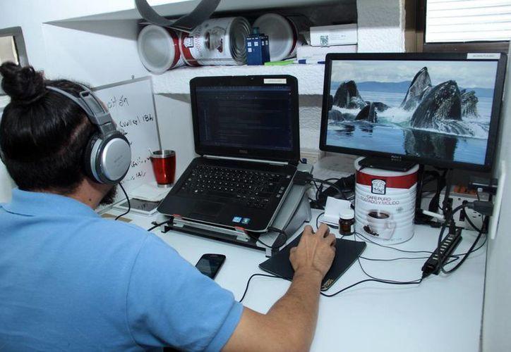 Cada vez hay más espacios para los expertos en tecnología. Imagen de un joven especialista en su computadora. (Milenio Novedades)