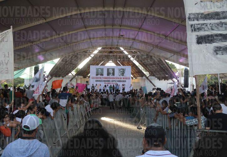 AMLO realizó una visita de agradecimiento ante cerca de cinco mil personas en el parque de Las Palapas. (Harold Alcocer/SIPSE)