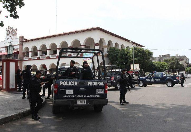 Movilización policiaca en Apatzingán. El comisionado para la seguridad y el desarrollo de Michoacán, Alfredo Castillo, dijo que no hay investigaciones contra Juan José Farías, El Abuelo. (Notimex/Contexto)