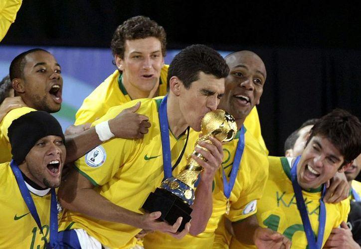 El ganador de la Copa América, cuya final se juega este sábado, avanzará a la Copa Confederaciones. En la foto, imagen de Brasil campeón de Confederaciones en 2009 en el estadio Ellis Park de Johanesburgo, Sudáfrica. El capitán Lucio besa el trofeo. (EFE)