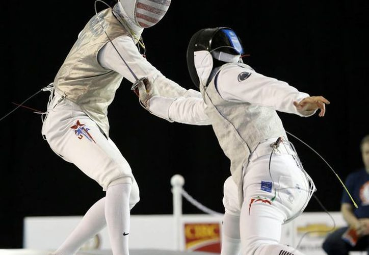El mexicano Daniel Gomez Tanamachi (d) perdió ante Alexander Massialas en florete pero ganó la medalla de bronce en esgrima en los Juegos Panamericanos. (Foto: AP)