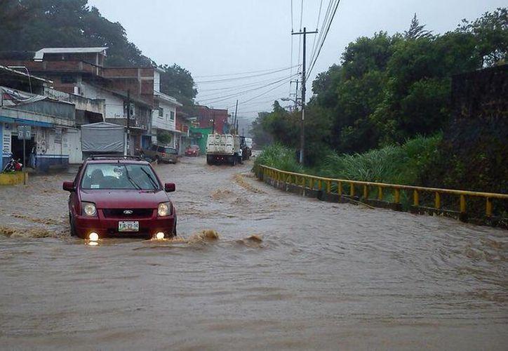 El Río Carneros se desbordó luego de los chubascos en Xalapa, Ver. (@webcamsdemexico)