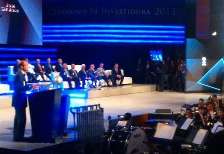 Momento de la investidura de Luis García al Salón de la Fama en Pachuca. (Twitter)