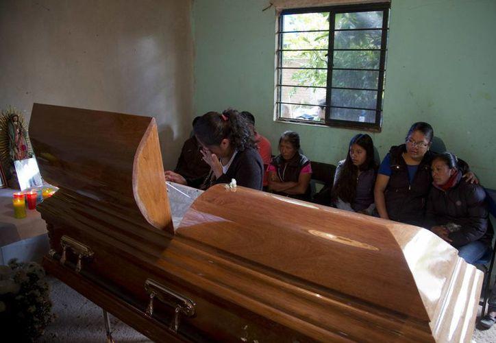 Tres de los ocho muertos  por los enfrentamientos con la policía el domingo eran originarios de la comunidad de Nochixtlán. Este martes fueron sepultados. (AP)