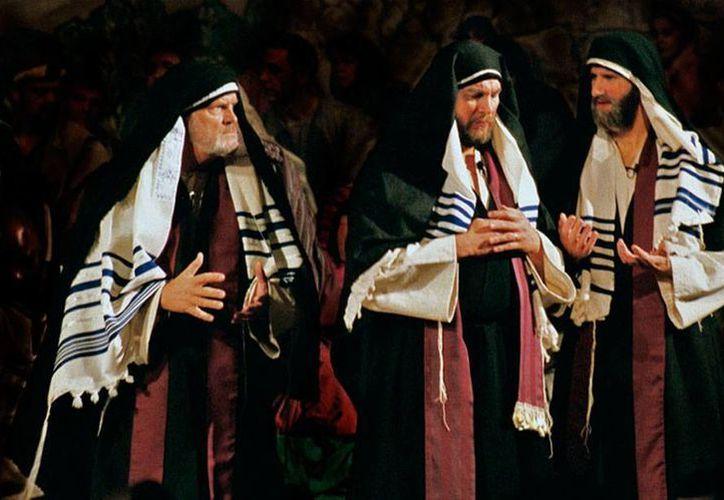 Los fariseos se incomodan con la idea de que la salvación es para todos, incluso para los pecadores, por eso murmuran. Para Dios, 'murmurar' significa falta de fe. La imagen es una recreación de los personajes bíblicos. (latrinidad.org)