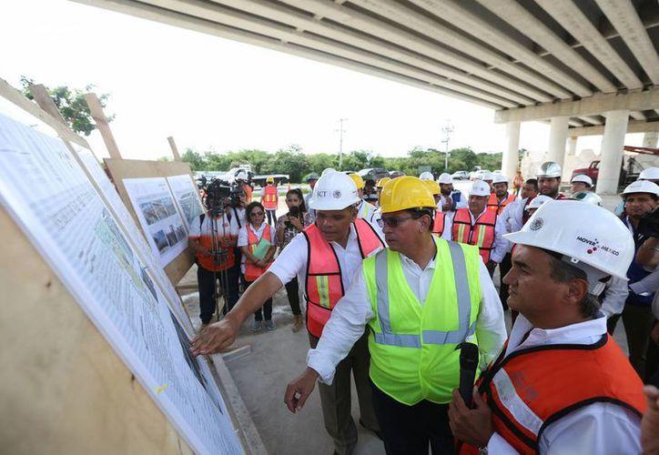 Rolando Zapata Bello visitó la obra del paso superior vehicular a la salida que da al fraccionamiento Los Héroes. (Cortesía)