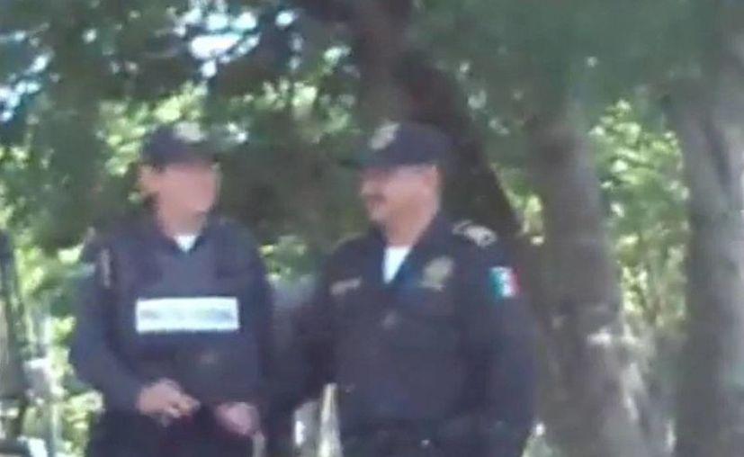 Los policías fueron grabados en video cuando recibían el soborno. (Captura de pantalla/SIPSE)