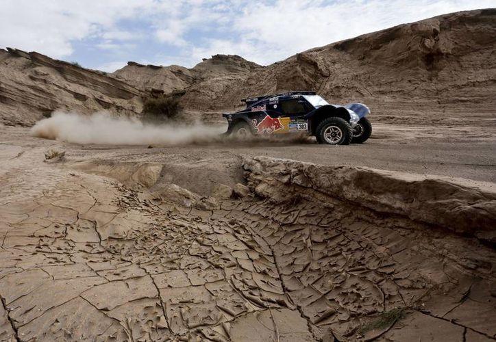 Sainz, a bordo de un Buggy, se impuso con un margen de poco más de seis minutos sobre el multicampeón francés Stéphane Peterhansel en la cuarta etapa del Rally Dakar. (Agencias)