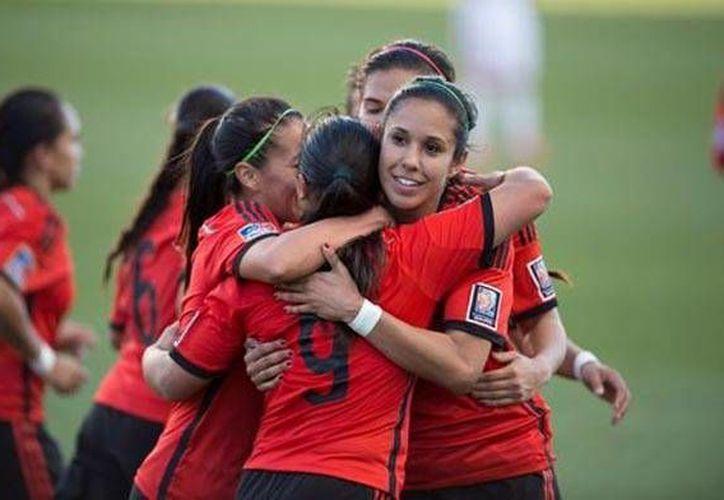 Las mexicanas se felicitan tras lograr el boleto al Mundial de Canadá 2015. (Mexsport)