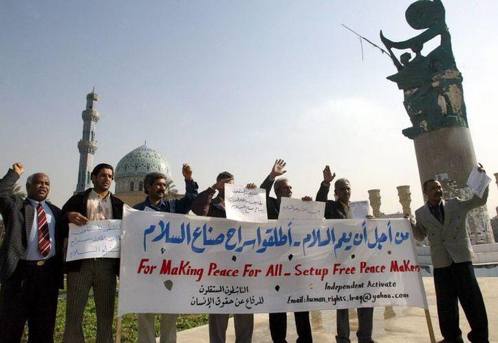 Activistas iraquíes de Derechos Humanos se manifiestan pidiendo la liberación de pacifistas cristianos secuestrados en Bagdad, Irak. (EFE/Archivo)