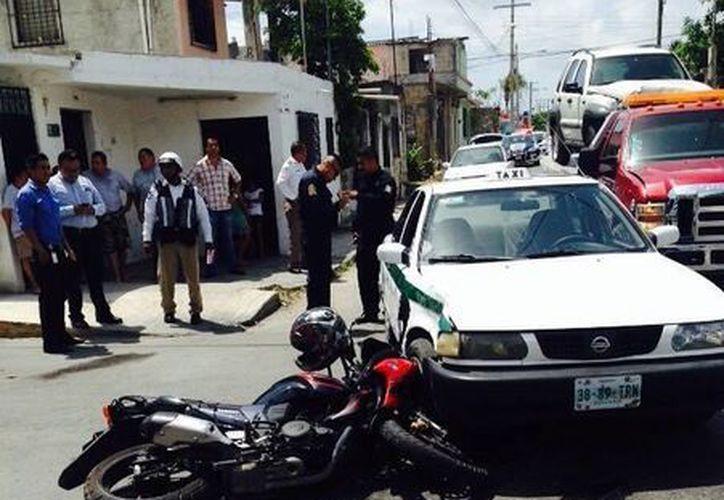 El motociclista en su intento  de darse a la fuga se impactó contra un taxi. (Redacción/SIPSE)