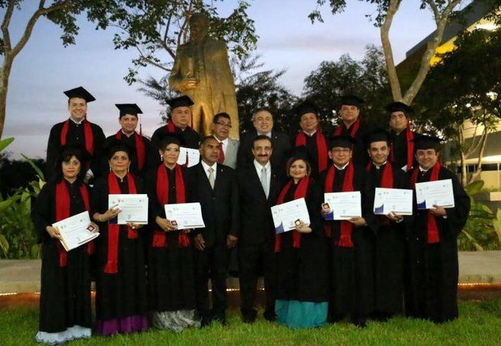 Foto del grupo de profesionales que concluyó el Doctorado en Derecho de la Uady. (Milenio Novedades)