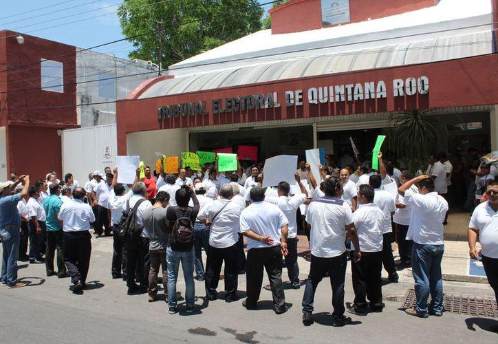 Un grupo de taxistas se manifestó frente a las instalaciones del Teqroo en contra de la entrada de las plataformas digitales. (Joel Zamora/SIPSE)
