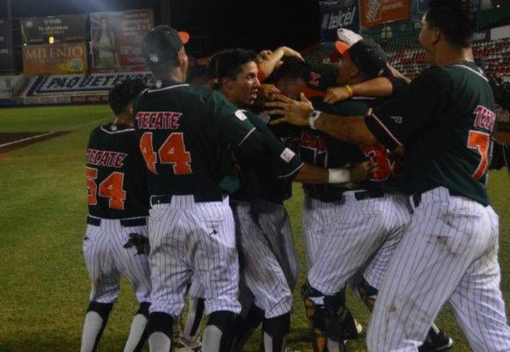 Con el resultado, Leones se mantiene en el liderato de la Liga Peninsular del Beisbol, con marca de nueve victorias y dos derrotas. En la foto, los melenudos celebran el triunfo.(Milenio Novedades)