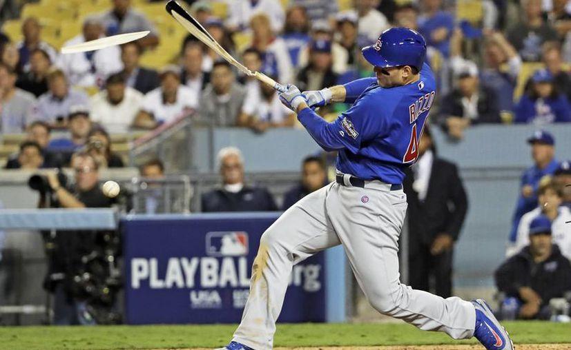 A Anthony Rizzo, de Dodgers, se le quiebra su bat al conectar un sencillo en la novena entrada del tercer partido de la serie entre Dodgers y Cachorros. (AP)