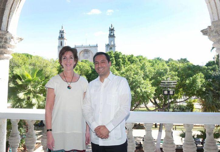 La embajadora de los EU en México, Roberta S. Jacobson, se congratula por los logros obtenidos en el Ayuntamiento de Mérida. (Foto cortesía del Ayuntamiento)