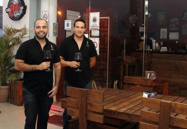 Ernesto José Villarino Rosado y Juan Armando Monroy Placencia fundaron un restaurante concepto en el que motiva a los comensales a probar y aprender todo sobre el vino. (César González/SIPSE)