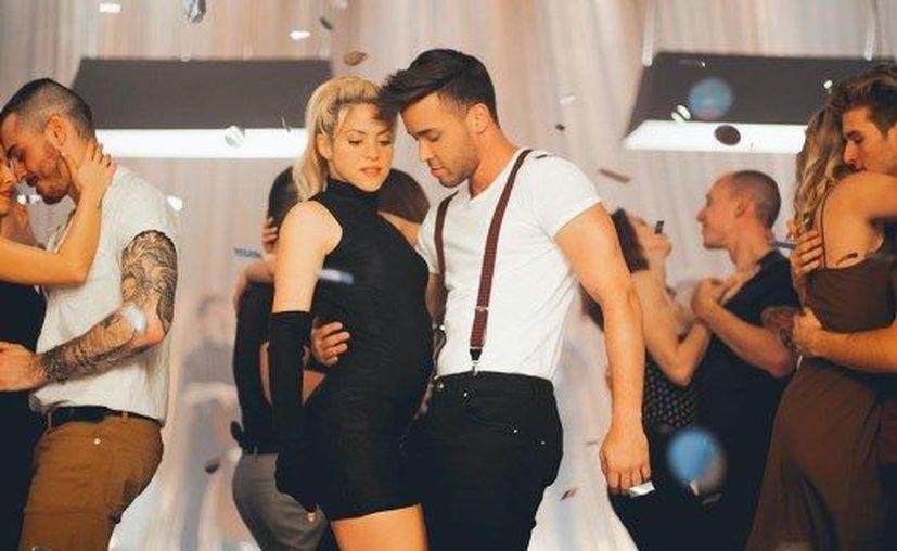 Shakira derrocha sensualidad y demuestra lo bien que domina los ritmos bachateros. (Noticias al día)