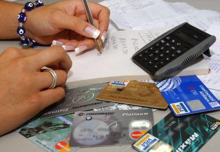 Revisar que bancos te ofrecen tarjetas de crédito con menos Costo Anual Total es una de las cosas que te pueden servir para resolver tus problemas crediticios. (Foto de contexto de SIPSE)