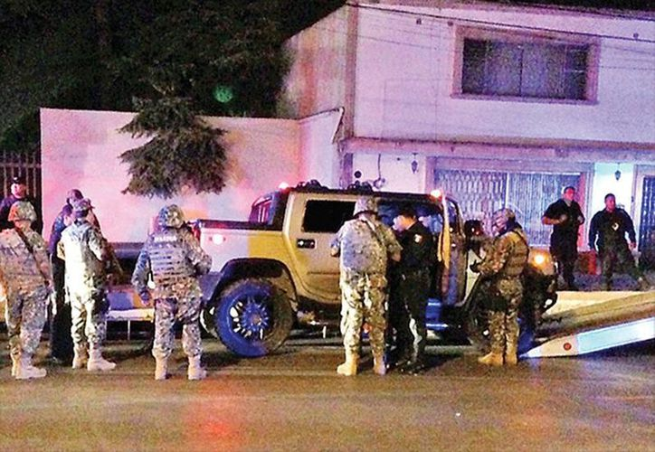 Los policías circulaban por las calles de Saltillo a bordo de una camioneta Hummer. (Excelsior)