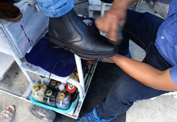 Se han adaptado a todo tipo de calzados, como los hechos con materiales sintéticos y de tela. En su mayoría, este oficio lo desempeñan jóvenes originarios de Chiapas y Oaxaca, quienes todos los días recorren las calles de Cancún. (Ivette YCos/SIPSE)