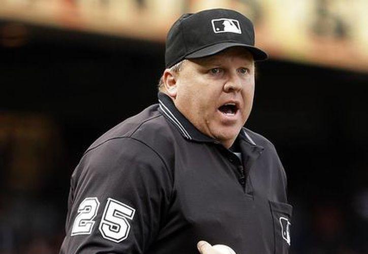 El umpire Fieldin Culbreth fue suspendido dos partidos por permitir que los Astros de Houston cambiaran de pitcher a mitad de una entrada en el partido con los Angelinos de Los Ángeles. (Agencias)