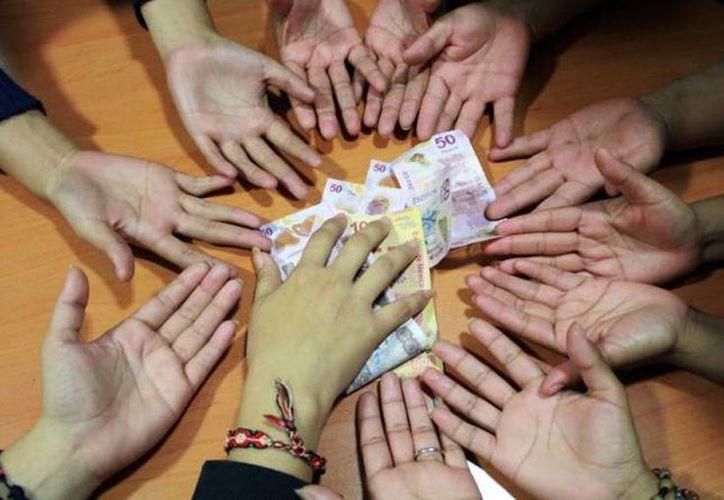 Tan sólo en Facebook, por ejemplo, existen al menos 100 grupos que ofrecen una invitación para aportar o regalar, entre mil pesos y 25 mil. (Archivo/SIPSE)