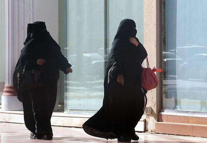 No existe ley que impida que las mujeres sauditas conduzca un vehículo, pero ninguna tiene licencia de manejo. (cb24.tv)