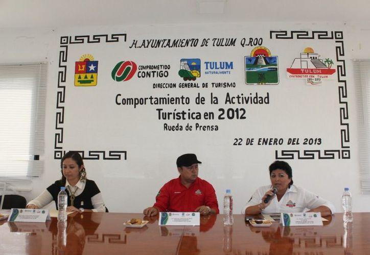 El alcalde durante una rueda  de prensa acompañado de regidoras. (Redacción/SIPSE)