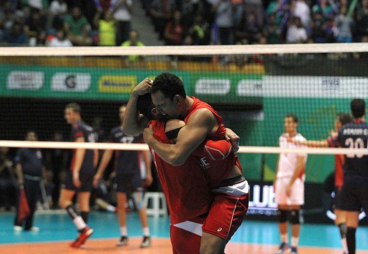 México logró una histórica calificación a los Juegos Olímpicos de Río 2016 tras ganar el Repechaje Preolímpico de Voleibol de Sala varonil, este domingo. (Notimex)