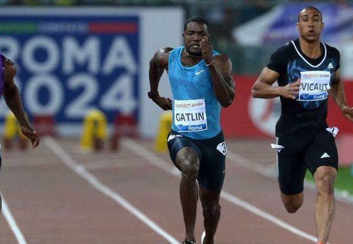 Justin Gatlin (c), uno de los mayores rivales del velocista Usain Bolt, rompió el récord de éste en la Golden Gala de Roma. (latercera.com)