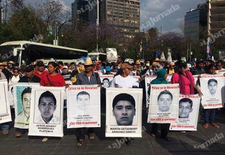 Una marcha en la Ciudad de México de familiares de los 43 estudiantes de la Normal Rural 'Isidro Burgos' de Ayotiznapa, Guerrero. (Archivo/www.jornada.unam.mx)