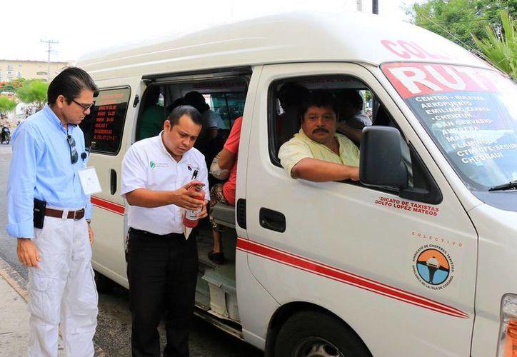 Autoridades municipales revisaron que las unidades de transporte público tuvieran extintores y botiquines en su interior.  (Redacción/SIPSE)