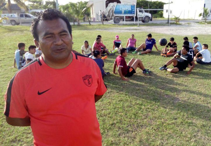 El entrenador de fútbol dice que trabaja con grupos de jóvenes, niños y niñas del polo turístico. (Miguel Maldonado/SIPSE)