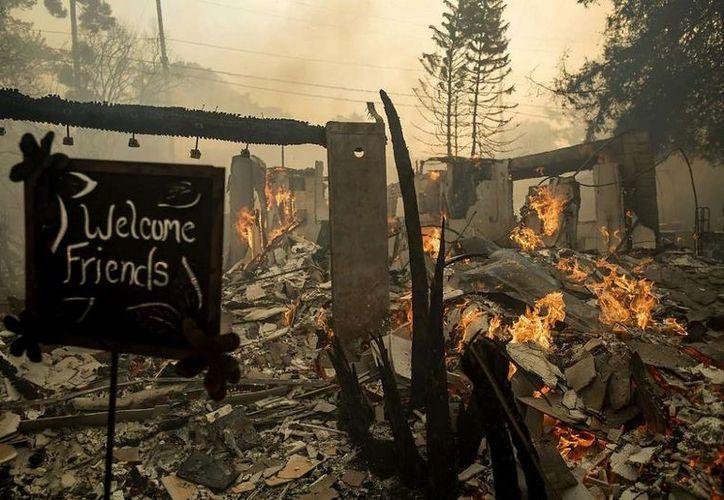 La autoridades reportaron al menos una persona fallecida y toda el área se encuentra sin energía eléctrica. (Foto: AP)