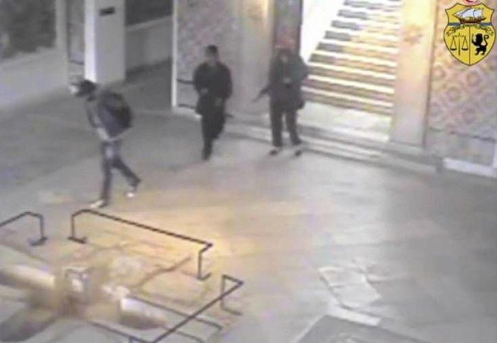 Esta imagen, tomada de un video publicado por el Ministerio del Interior tunecino, muestra a tres hombres armados caminando por el interior del museo del Bardo durante el ataque en el que fallecieron 21 personas el 18 de marzo de 2015. (Foto AP/Ministerio del Interior de Túnez)