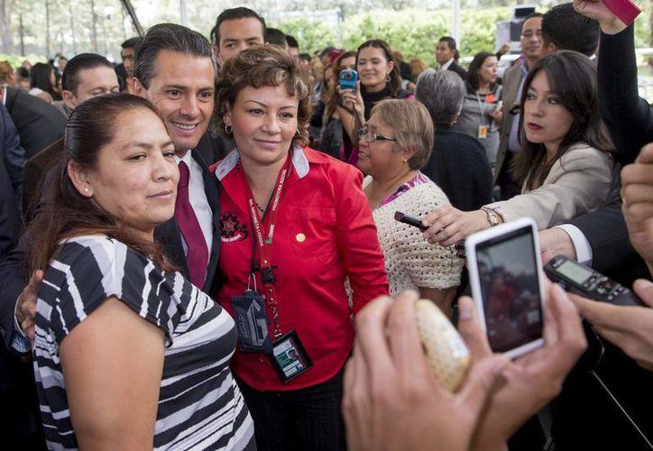 El presidente Enrique Peña se tomó varias fotos y algunas selfies con madres de familia. (presidencia.gob.mx)