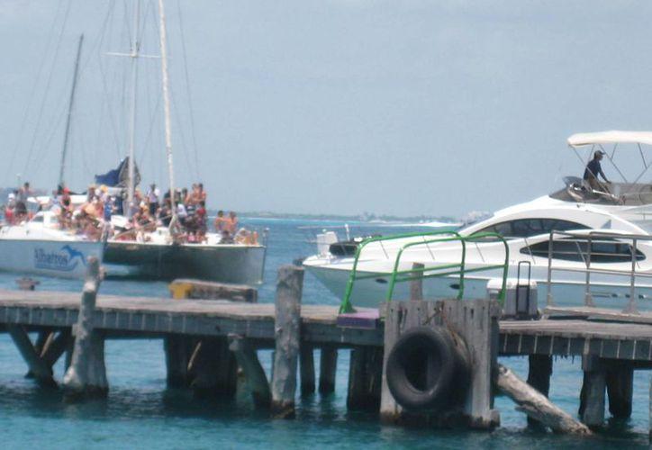 Marineros reconocen que desde el fin de semana ha incrementado el arribo de turismo. (Lanrry Parra/SIPSE)