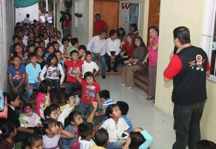 """La visita de la Fiscalía General del Estado a la casa-hogar """"Maná"""" generó gran interés en los menores. (Cortesía)"""