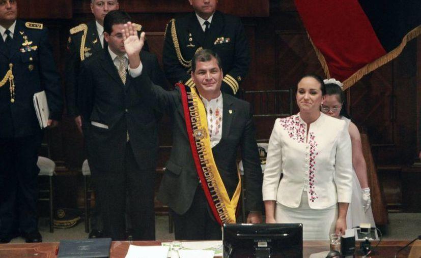 El presidente de Ecuador, Rafael Correa, junto a la presidenta de la Asamblea Nacional, Gabriela Rivadeneira, durante su juramentación como presidente de Ecuador, en Quito. (EFE)