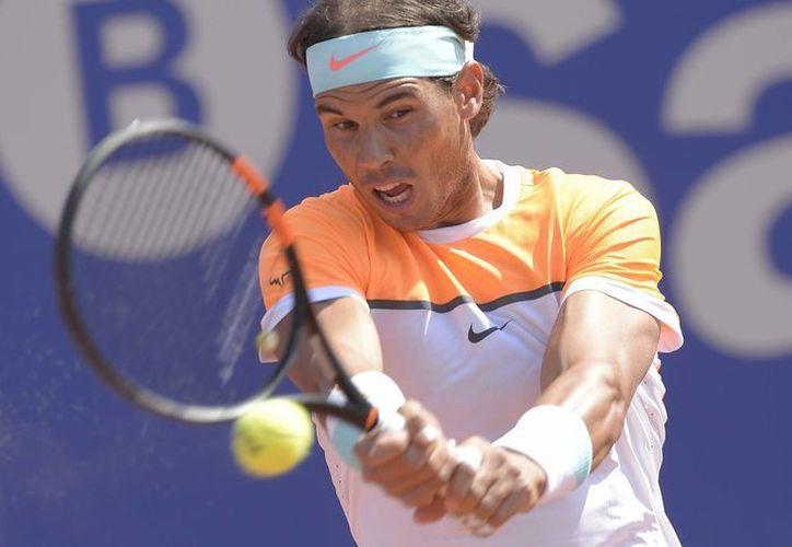 Rafael Nadal perdió sobre su superficie favorita, la arcilla, ante Fabio Fognini para quedar eliminado del Abierto de Barcelona. (Fotos: AP)