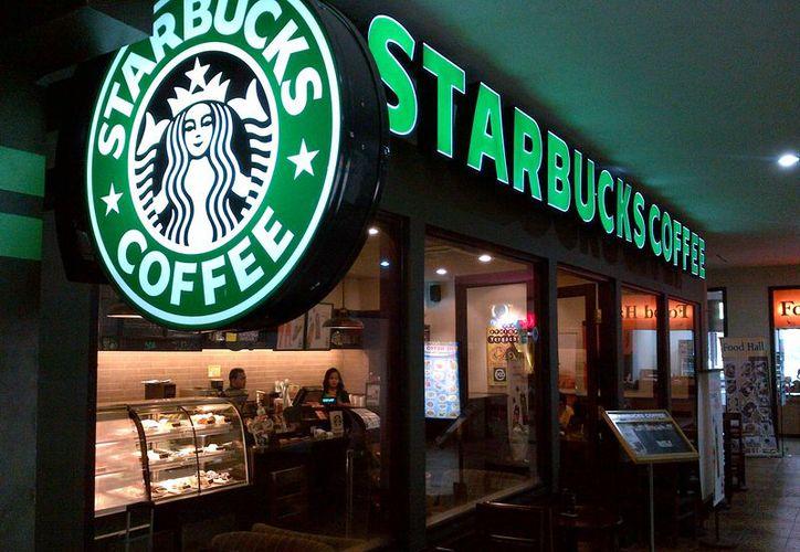 Starbucks está lidiando con una ola de indignación por el arresto de los hombres negros. (finanza.repubblica.it)