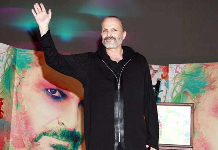 Miguel Bosé lució una imagen más desenfadada durante la conferencia de prensa. (terra.com.mx)
