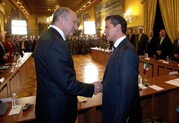 Enrique Peña Nieto con el ministro de Asuntos Exteriores de Francia, Laurent Fabius, durante su encuentro el pasado lunes en México.
