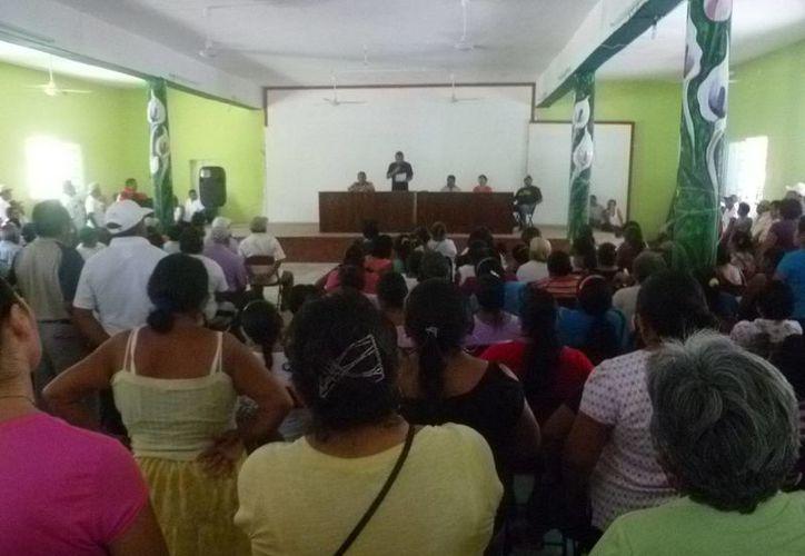 Los campesinos se reunieron en las instalaciones del club social ejidal de Kantunilkín. (Raúl Balam/SIPSE)