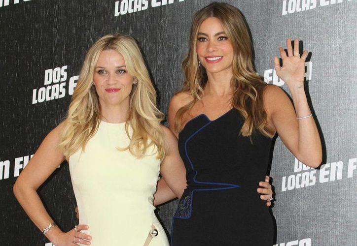 Sofía Vergara (d), quien aparece con Reese Witherspoon durante la promoción en México del filme 'Dos locas en fuga', regresará en breve a grabar capítulos de la serie Modern Family. (Notimex)