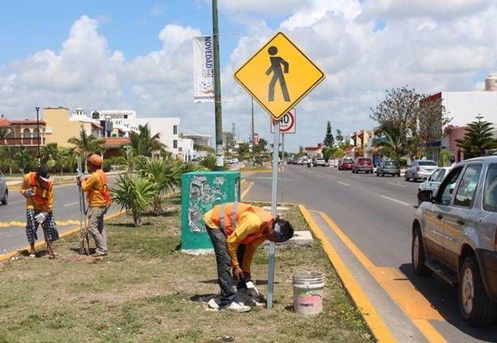 La empresa que se encarga de la instalación de boyas, tachuelas y señalamientos, espera terminar la obra en menos de cinco días. (Yesenia Barradas/SIPSE)