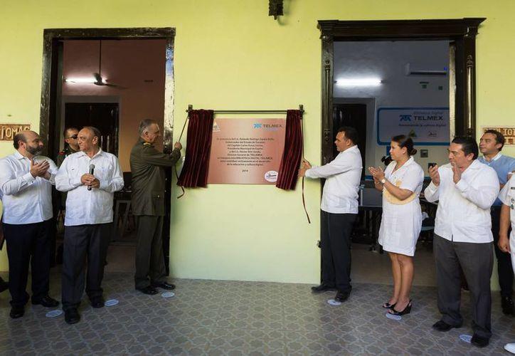 El general Salvador Cienfuegos y el gobernador Rolando Zapata Bello inauguraron la Biblioteca Digital Telmex en Espita. (SIPSE)